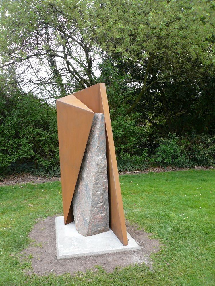 """""""Relation"""", 2008, Cortenstahl und Granit, Höhe: 203 cm, Privatsammlung"""