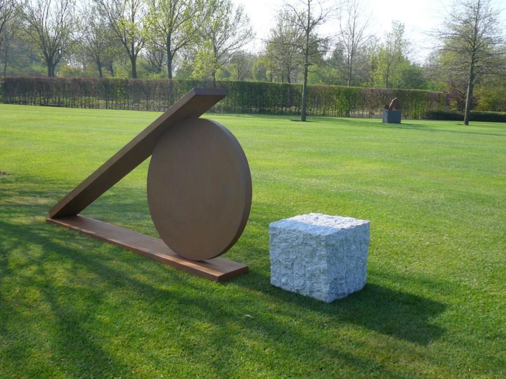 """""""No Limit I"""", 2009, Cortenstahl und Granit, Höhe: 130 cm"""