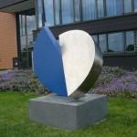 """Magic blue"", Edelstahl, Höhe: 138 cm, Sockel in Basaltlava, Höhe: 40 cm, Neue Polizeistation Grünberg"
